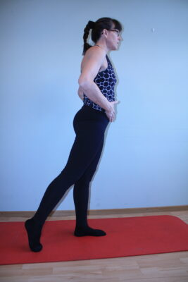 stående med utsträckt ben bakåt