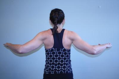 stående skulder träning. pressa ihop axlar